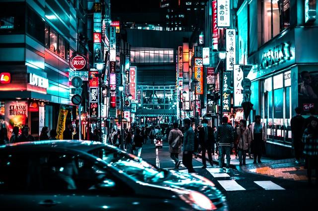 夜の路地裏を歩く通行人(渋谷)の写真