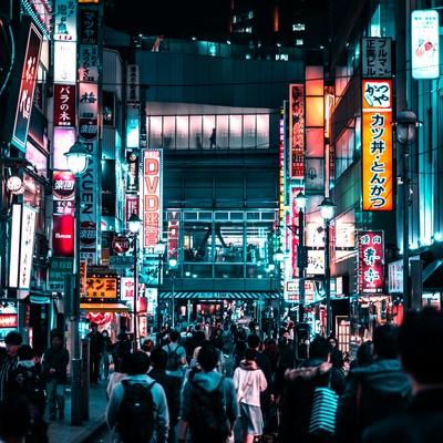 渋谷の深夜の歓楽街の写真