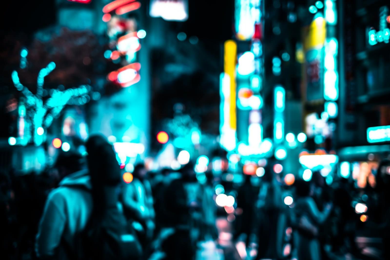 「渋谷のネオンと交差点を行き交う通行人(夜間)」の写真