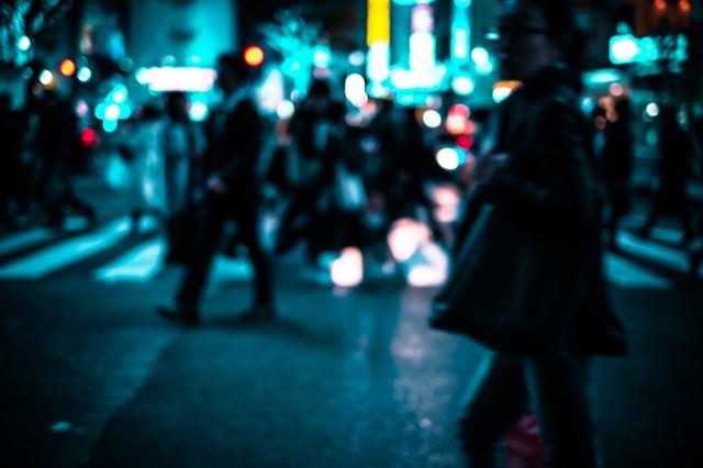 横断歩道を渡る人の群れ(夜間)の写真