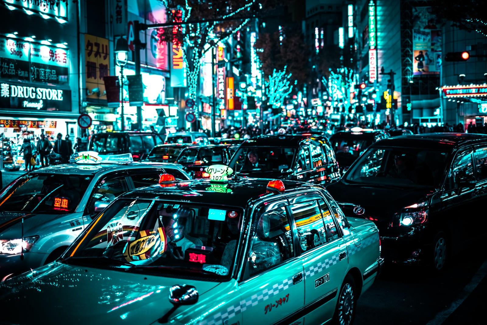 「赤信号待ちするタクシーの列(渋谷駅前)」の写真