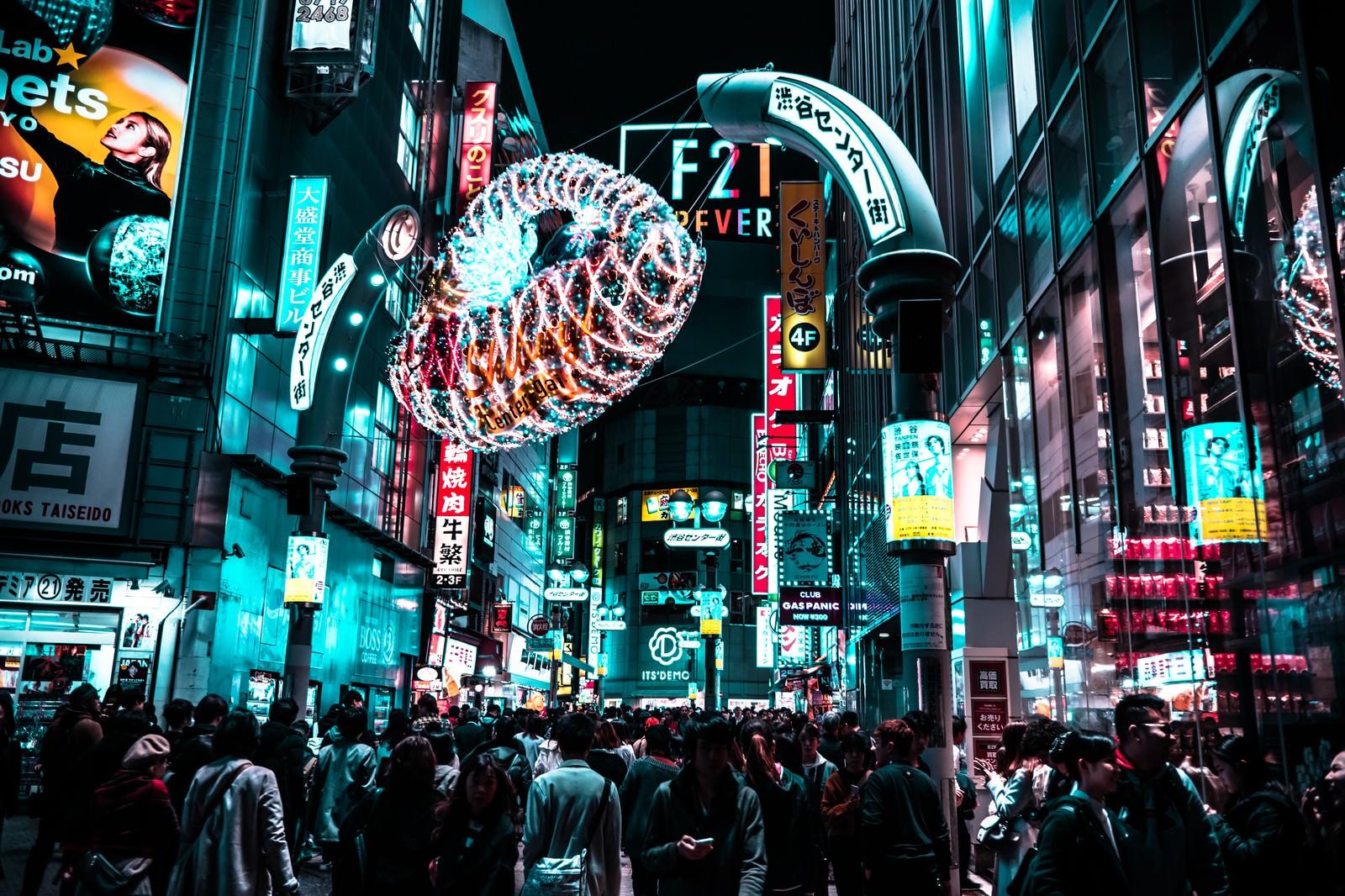 「センター街入り口の人混み」の写真