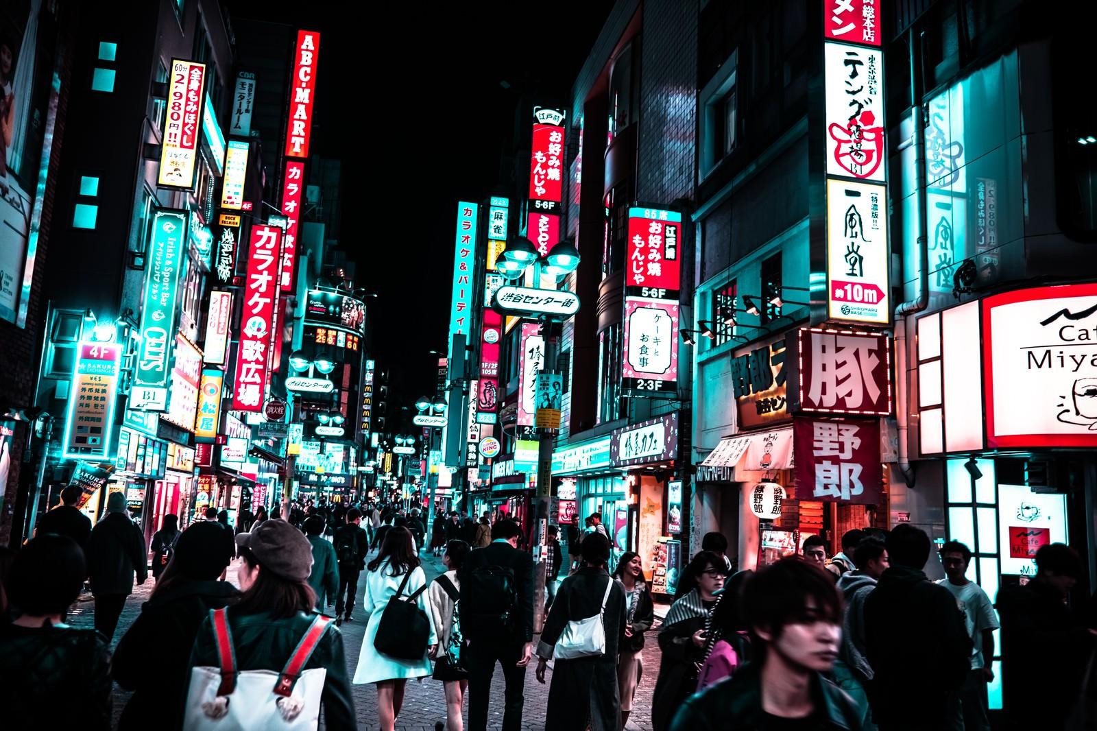 「夜の渋谷センター街の人混み」の写真