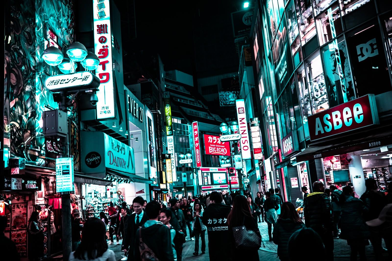 「夜の渋谷センター街を行き交う通行人」の写真