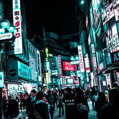 夜の渋谷センター街を行き交う通行人の写真