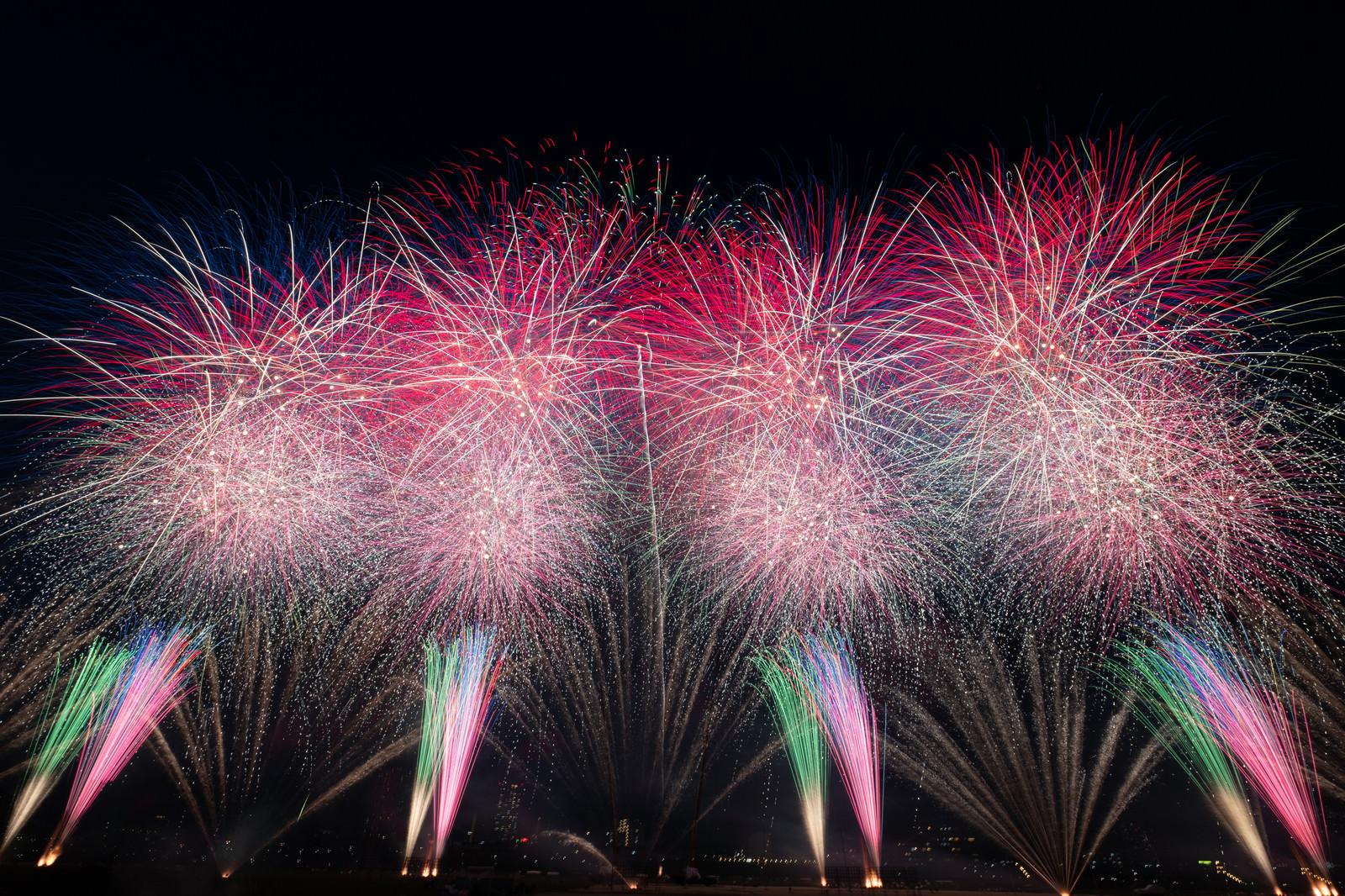 「江戸川区花火大会のスターマイン」の写真