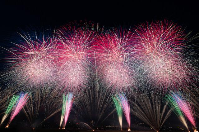 江戸川区花火大会のスターマインの写真