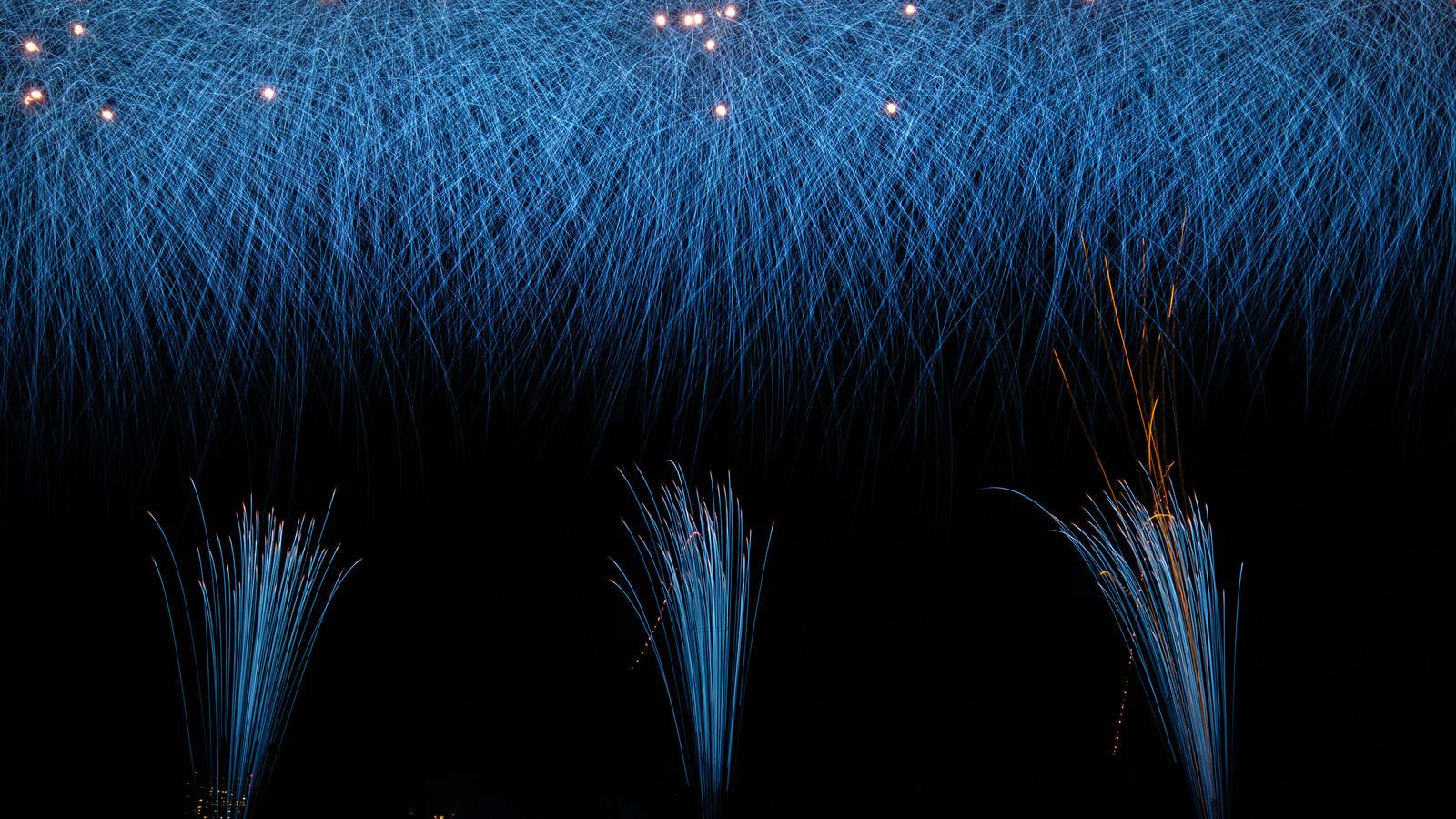 「降り注ぐ青い花火(打上花火)」の写真