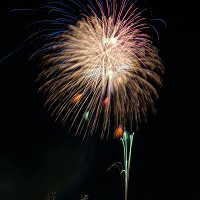 夜空に打ち上がる花火の写真