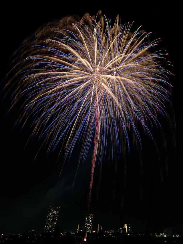炸裂する打上花火の様子の写真