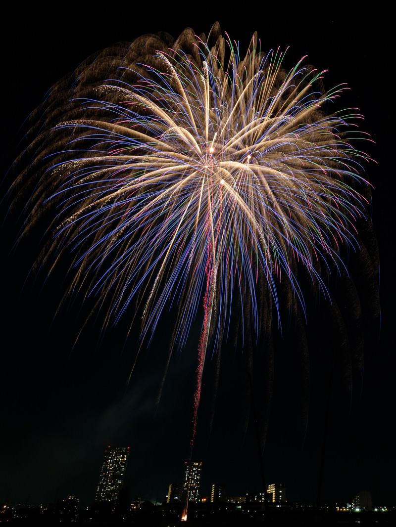 「炸裂する打上花火の様子」の写真