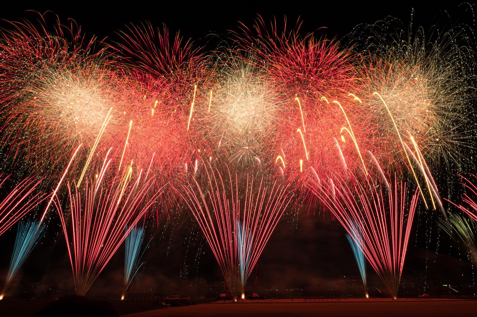 「江戸川区花火大会のスターマイン(連射連発花火) | 写真の無料素材・フリー素材 - ぱくたそ」の写真