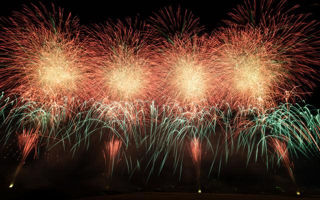 花火の光跡(江戸川区花火大会)の写真