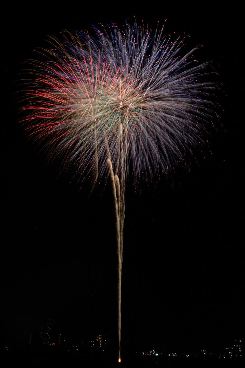 「夜空に高く打ち上げる大玉花火」の写真