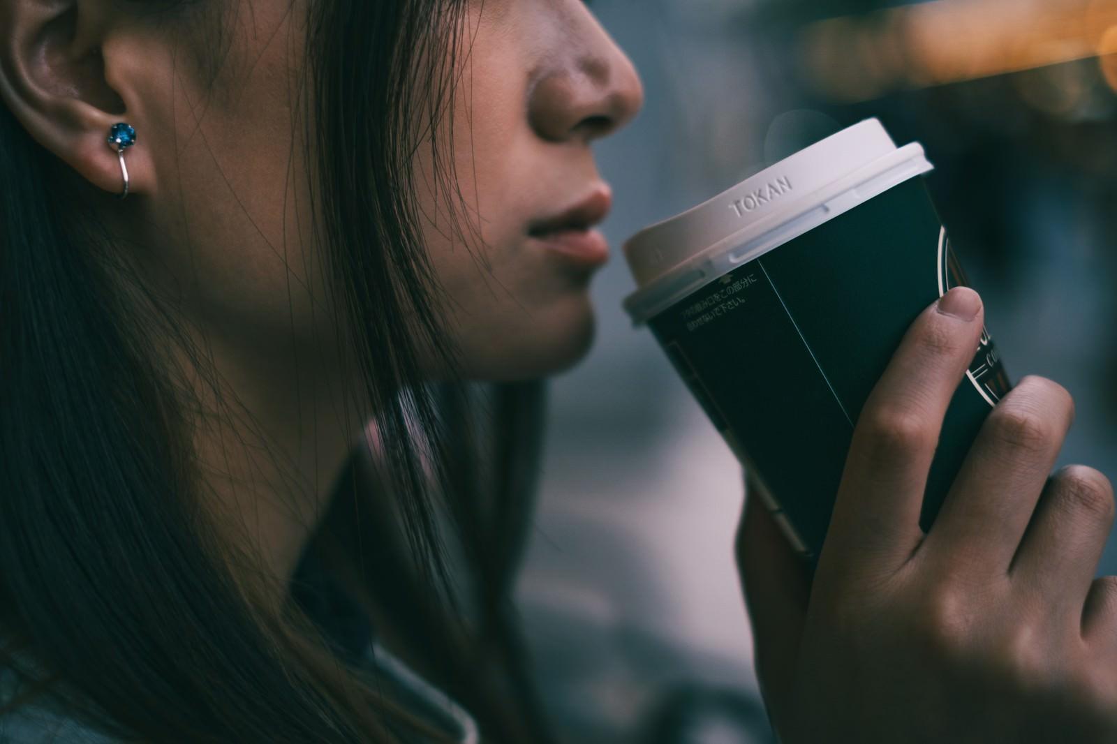 「コーヒータイムの女性の口元」の写真