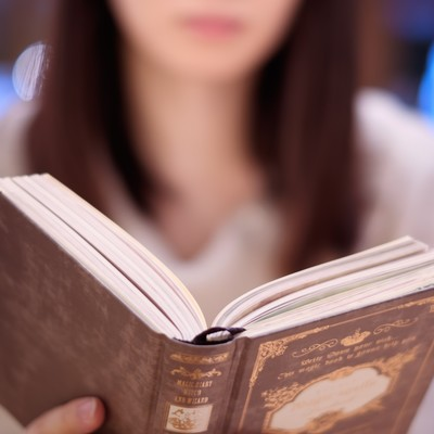 洋書を読む女性の写真