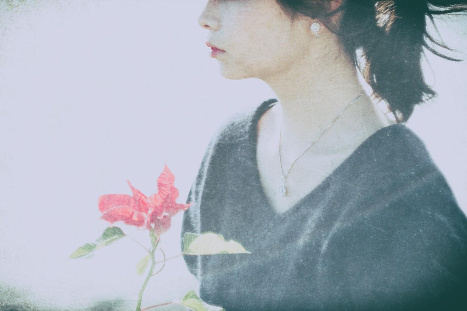 「センチメンタルな気分(女性) | 写真の無料素材・フリー素材 - ぱくたそ」の写真