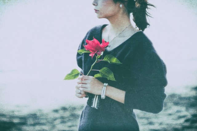 暗い悲しみの女性の写真