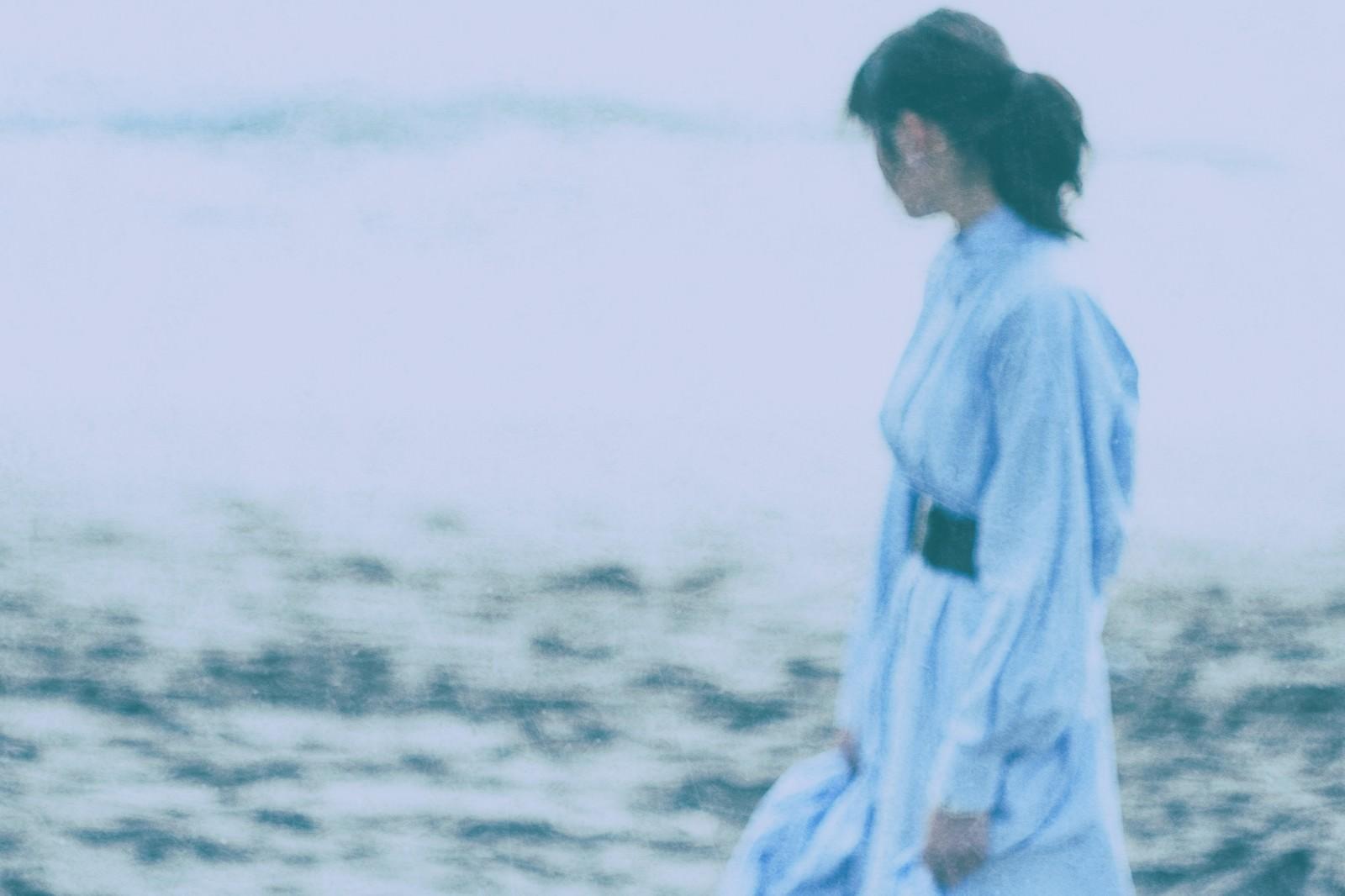 「海辺を歩く彼女」の写真
