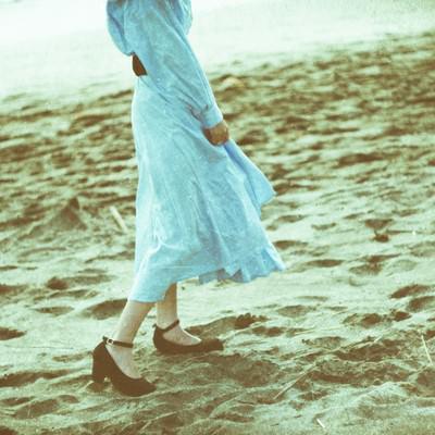 砂浜を彼女と歩く記録の写真