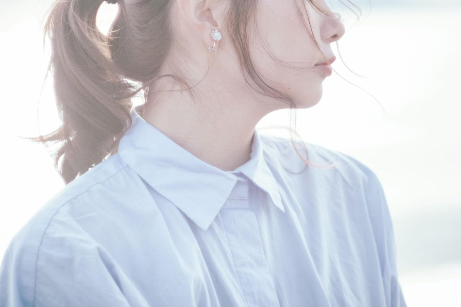 「透明感のある白い肌の女性」の写真