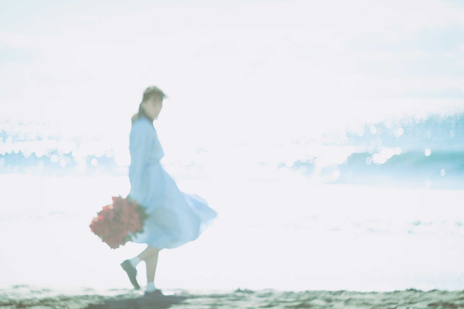 「海面の反射と彼女」の写真[モデル:Mizuho]