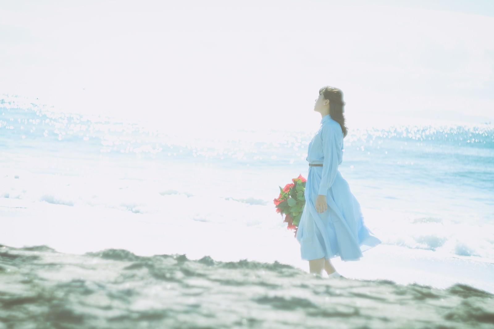 「陽の光と海風を感じる女性」の写真[モデル:Mizuho]