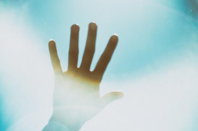 空に向けた手の写真