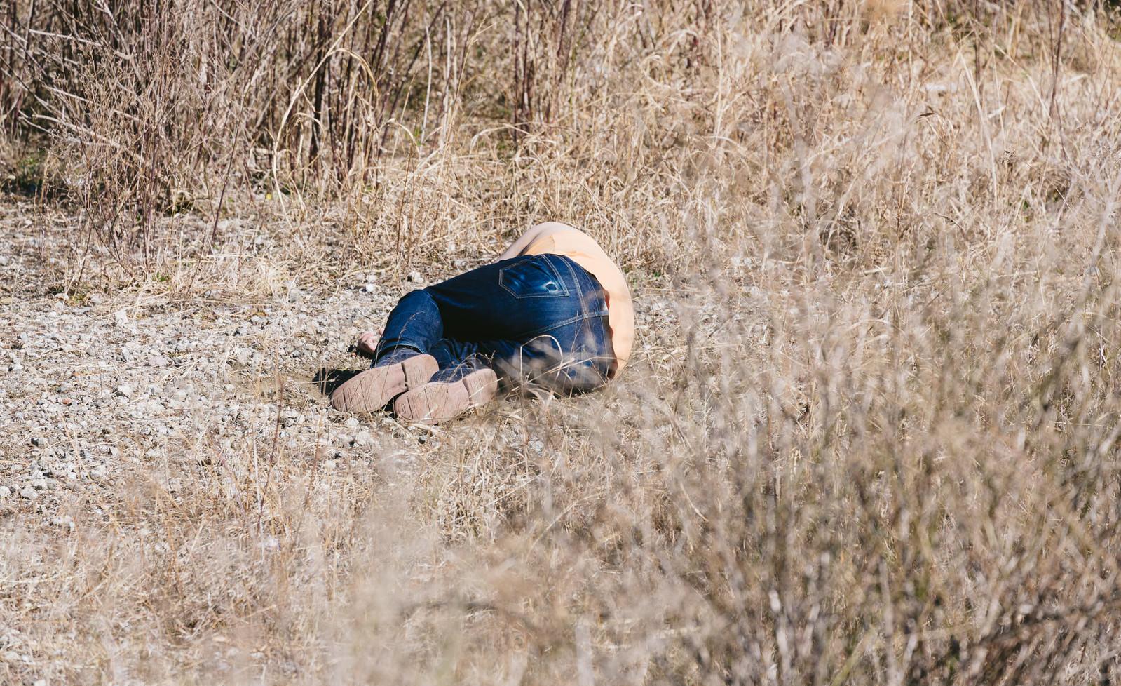 「自爆の被害にあった戦士」の写真[モデル:段田隼人]