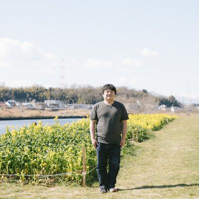 「コテハンに憧れてお花畑の前で立ってみました。」の写真素材