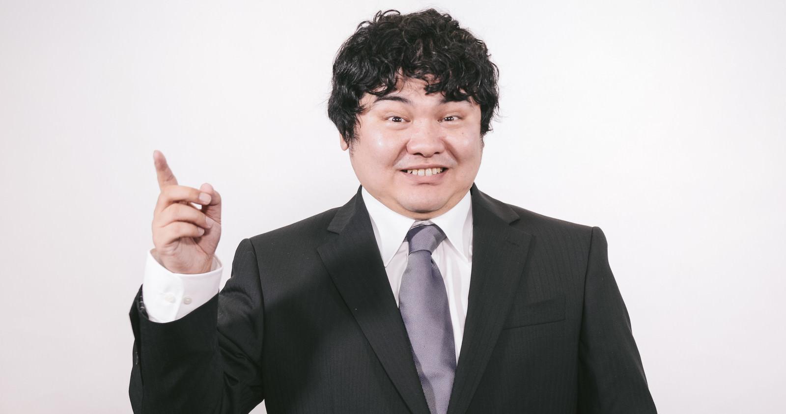 「商品をPRするビジネスマン」の写真[モデル:段田隼人]