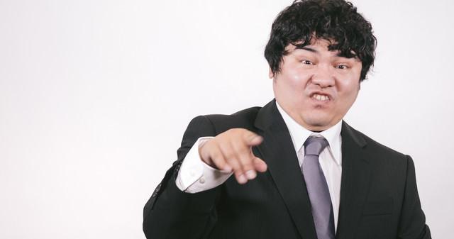 馬鹿にした態度をとるビジネスマンの写真