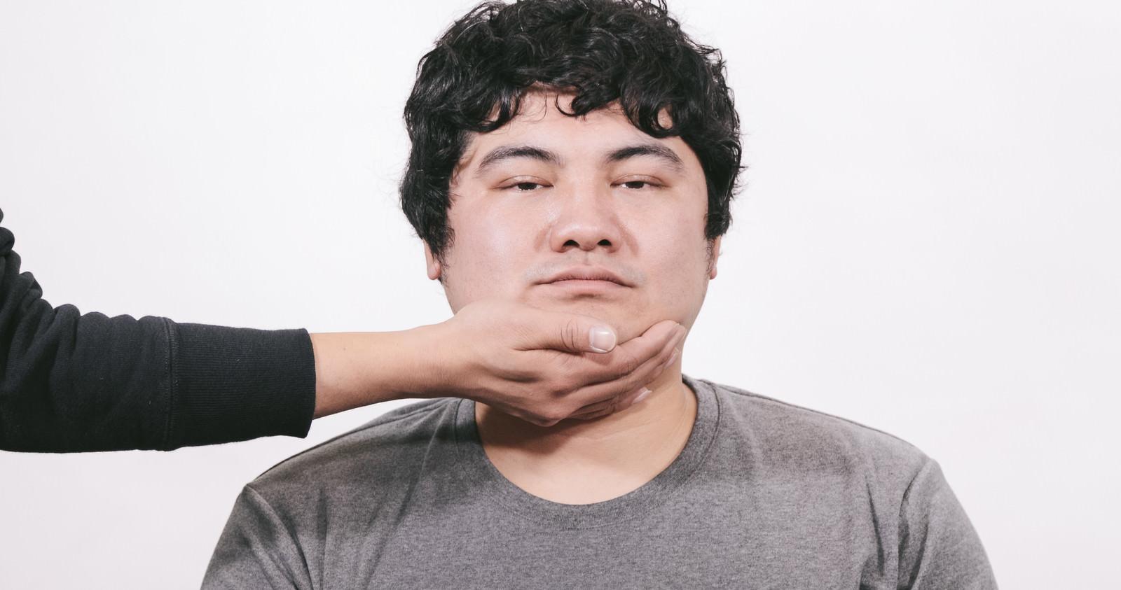 「アゴを思う存分タプタプ」の写真[モデル:段田隼人]