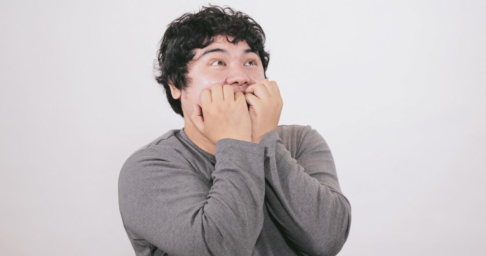 「何かを見てワクワクが止らない肥満」[モデル:段田隼人]