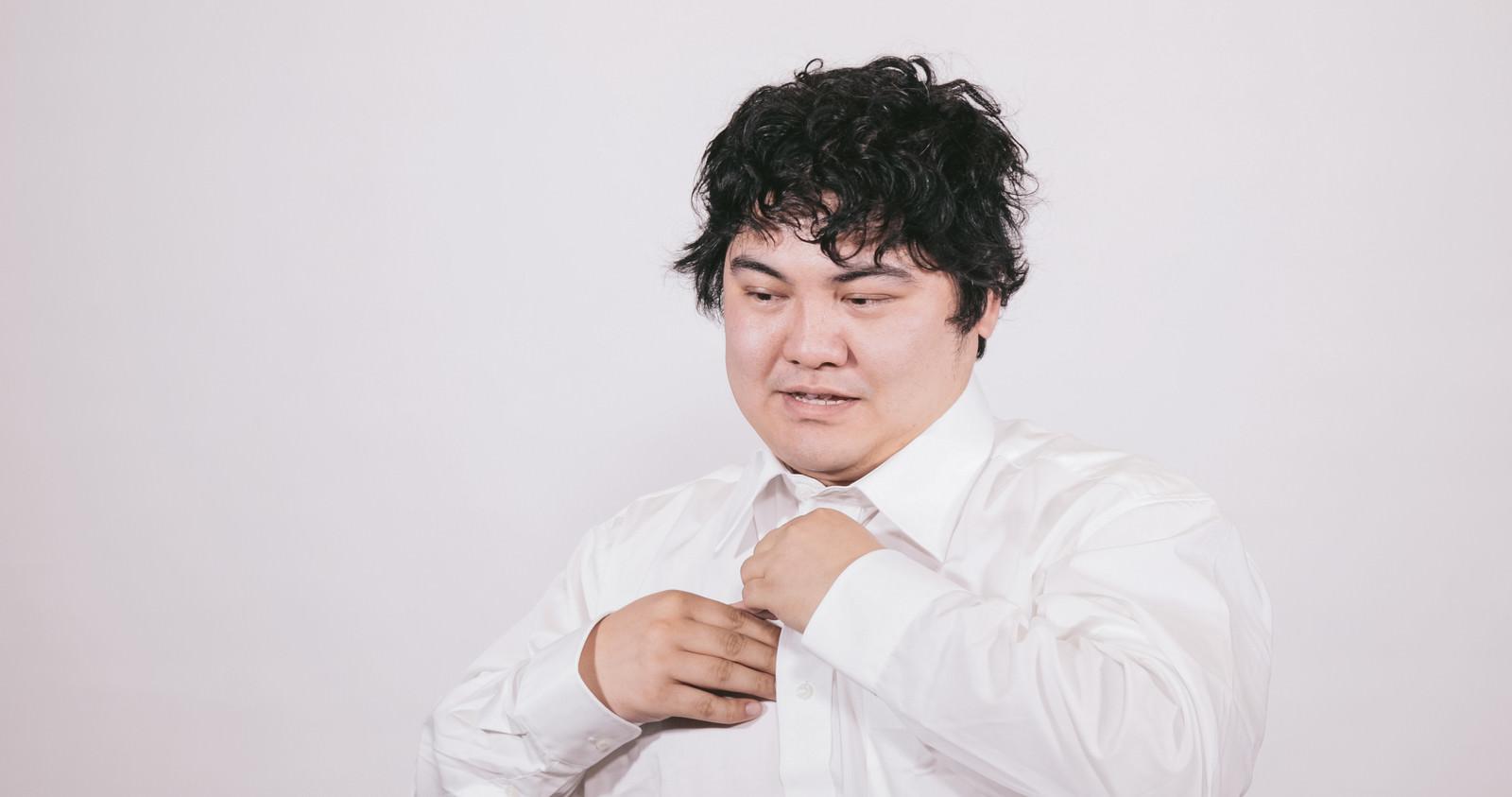 「仕事が終わりワイシャツを脱ぐビジネスマン仕事が終わりワイシャツを脱ぐビジネスマン」[モデル:段田隼人]のフリー写真素材を拡大
