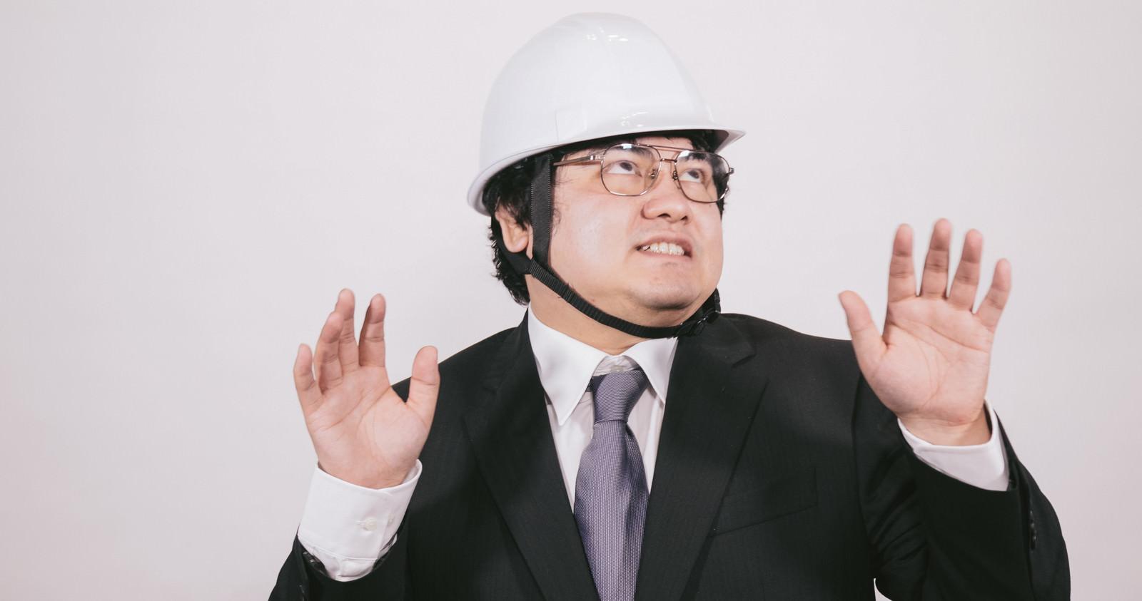 「ヘルメットを着用して安全に備えるビジネスマン」の写真[モデル:段田隼人]
