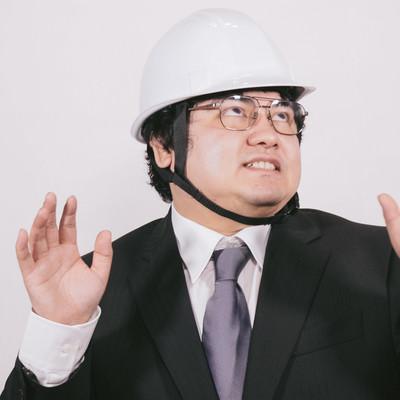 「ヘルメットを着用して安全に備えるビジネスマン」の写真素材