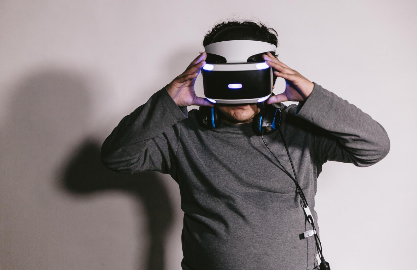 「VRを装着する男性VRを装着する男性」[モデル:段田隼人]のフリー写真素材を拡大