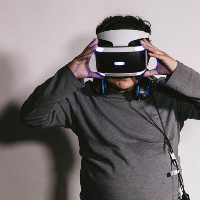 VRを装着する男性の写真
