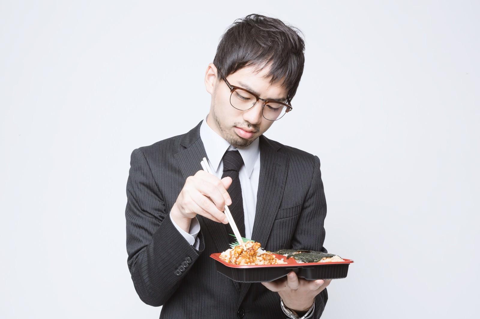 「のり弁当を食べる会社員」の写真[モデル:ひろゆき]
