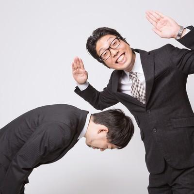 「謝罪をさせて勝ちほこるビジネスマン」の写真素材