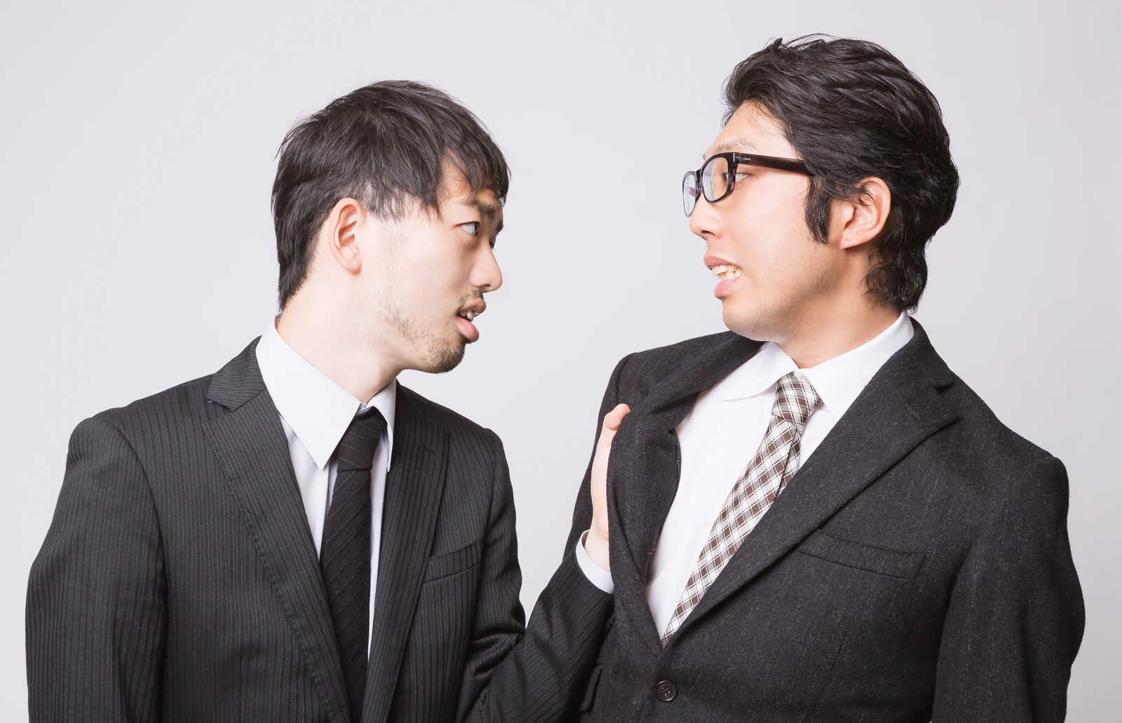 「『こんな会社辞めてやる!』と上司に食らいつく部下 | ぱくたそフリー素材」の写真[モデル:ひろゆき 紳さん]