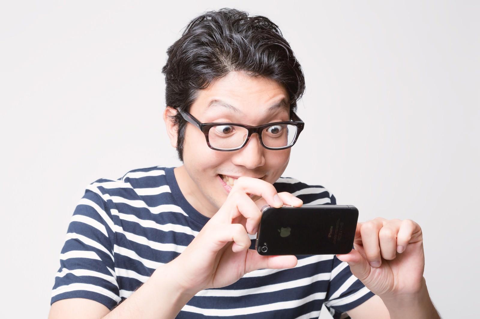 「スマホでガチ撮りする男性」の写真[モデル:紳さん]