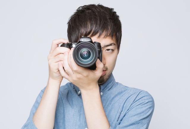 カメラを構える男性の写真