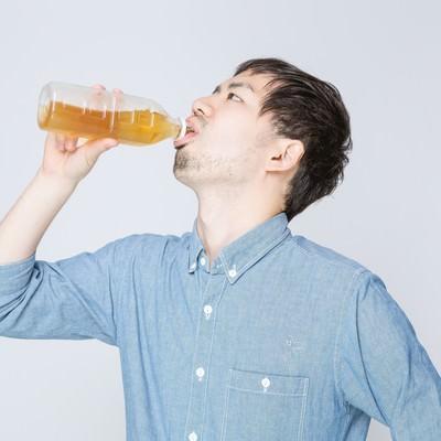 「お茶をぐびぐび飲む男性」の写真素材