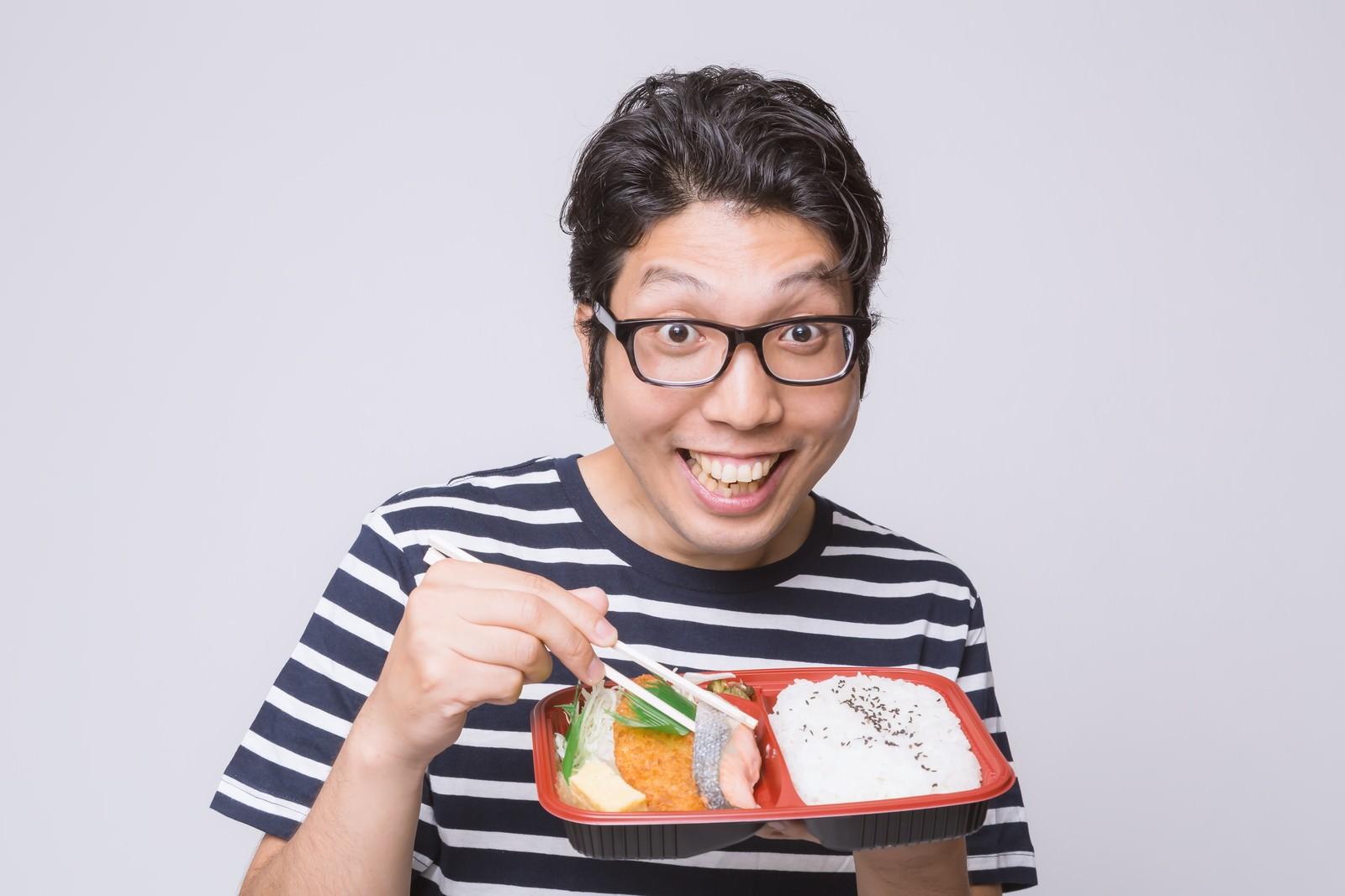 「喜んでお弁当を食べる男性 | 写真の無料素材・フリー素材 - ぱくたそ」の写真[モデル:紳さん]