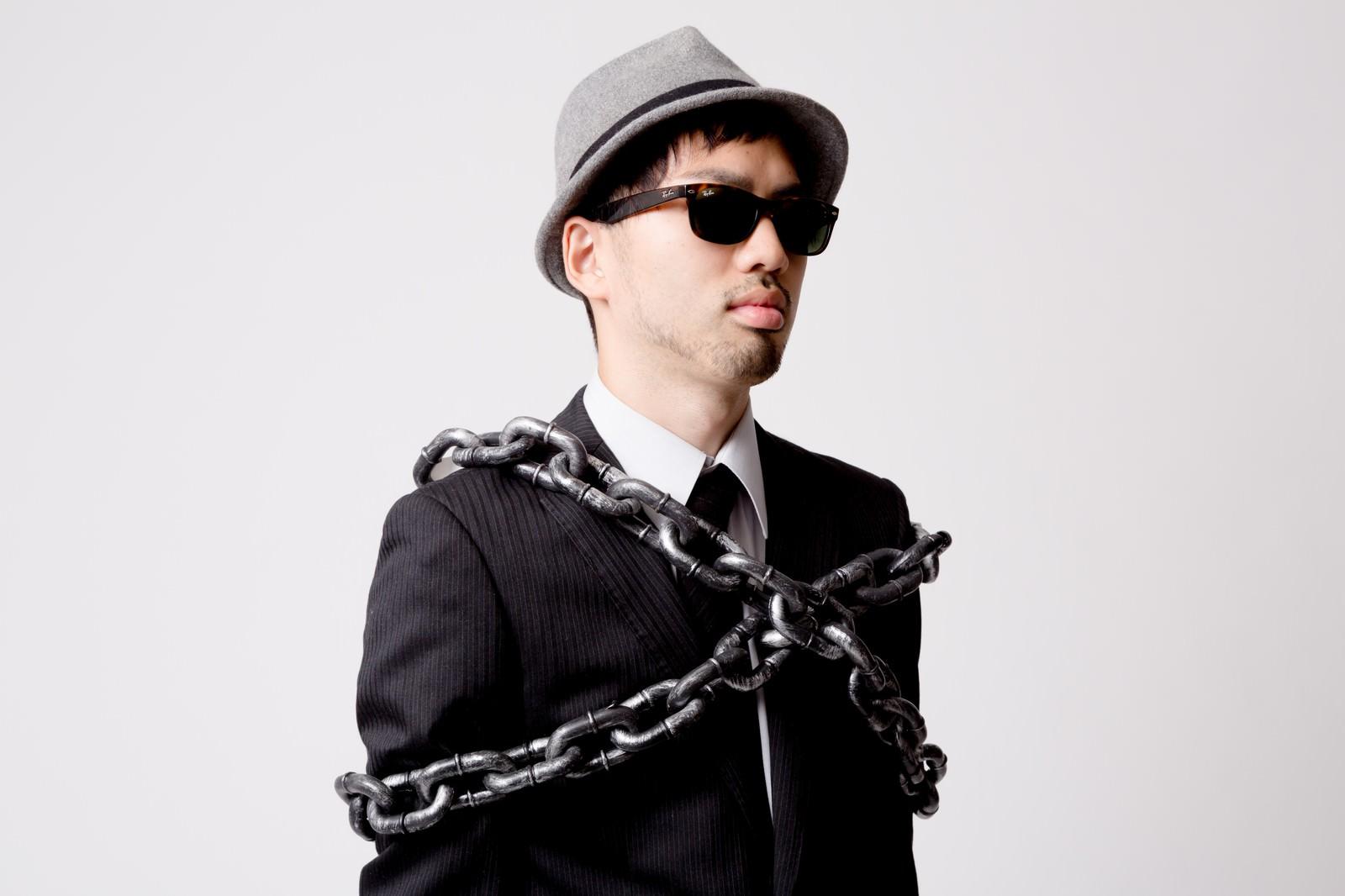 「鎖で束縛されるエージェント鎖で束縛されるエージェント」[モデル:ひろゆき]のフリー写真素材を拡大