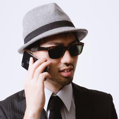 「スマートフォンでクライアントと連絡を取り合うエージェント」の写真素材