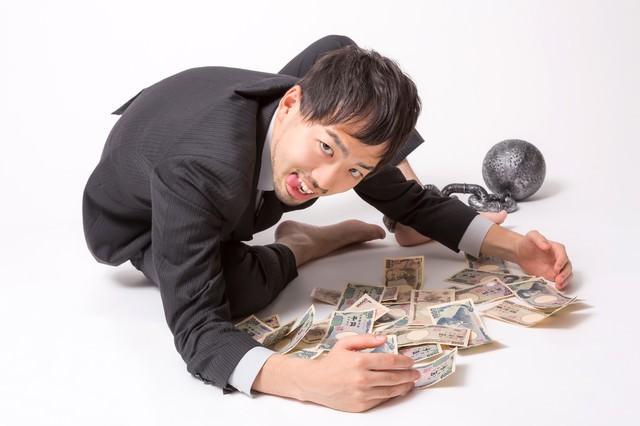 「金や金や!」っとお札を集めるブラック企業に勤務する会社員の写真