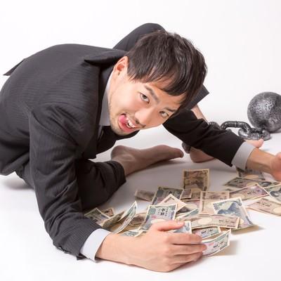 「「金や金や!」っとお札を集めるブラック企業に勤務する会社員」の写真素材